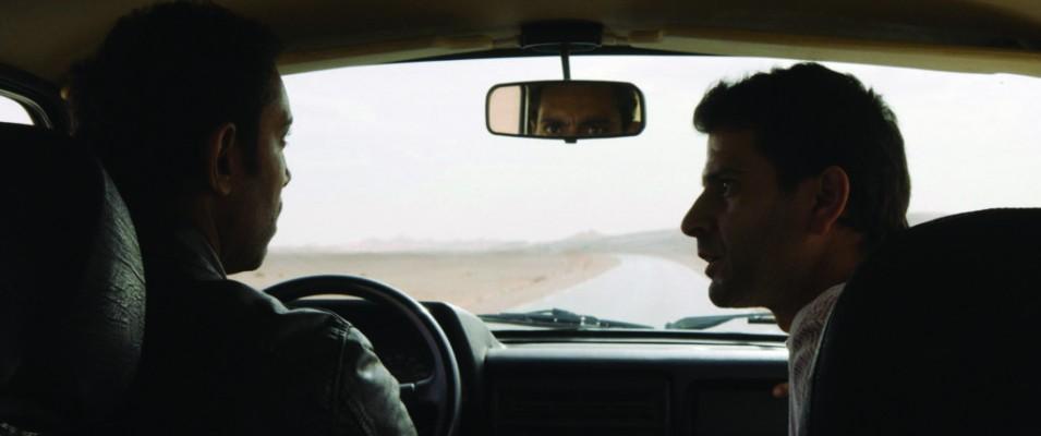 ABOU LEILA de Amin Sidi-Boumédiène  Avant-première  suivie d'un débat avec le réalisateur Interdit aux moins de 12 ans Algérie, 1994. S. et Lotfi, deux amis d'enfance, traversent le désert à la recherche d'Abou Leila, un dangereux criminel. La quête semble absurde dans l'immensité du Sahara. Mais S., dont la santé mentale est vacillante, est convaincu d'y trouver Abou Leila. Lotfi, lui, n'a qu'une idée en tête : éloigner S. de la capitale. C'est en s'enfonçant dans le désert qu'ils vont se confronter à leur